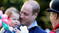 Di pelukkan sang ayah, Charlotte terlihat sangat menyukai balon bunganya itu. Putri pangeran William dan Ratu Kate Middleton ini dengan senyum mungilnya terlihat sangat senang memiliki balon tersebut.