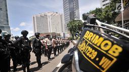 Pasukan Brimob dan Sabhara Polda Metro Jaya saat mengikuti apel Operasi Lilin Jaya di kawasan Bundaran HI, Jakarta, Minggu (30/12). Apel tersebut diikuti oleh satuan Brimob dan Sabhara Polda Metro Jaya. (Merdeka.com/Iqbal S. Nugroho)