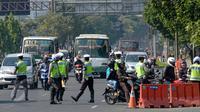 Polisi memberhentikan sejumlah kendaraan saat Operasi Patuh Jaya 2015 di sepanjang Jalan Jendral Sudirman, Jakarta, Sabtu (30/5). Razia yang digelar mulai 27 Mei-9 Juni tersebut untuk menertibkan para pengendara. (Liputan6.com/Yoppy Renato)