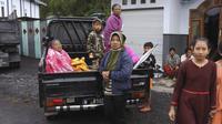 Wanita Indonesia duduk di belakang truk saat mereka bersiap untuk mengungsi dari rumah mereka setelah letusan Gunung Semeru di Lumajang, Jawa Timur, Indonesia, Selasa (1/12/2020). (AP Photo)