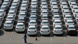 Deretan mobil yang baru diturunkan dari kapal pengangkut di Tanjung Priok Car, Terminal Pelabuhan Tanjung Priok, Jakarta, Rabu (29/7/2015). Pasar otomotif nasional menyusut 15,3% selama paruh pertama 2015. (Liputan6.com/Johan Tallo)