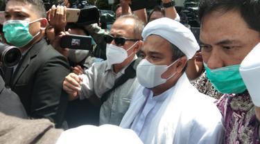 Pimpinan Front Pembela Islam (FPI) Rizieq Shihab tiba di Polda Metro Jaya, Sabtu (12/12/2020). Kedatangannya untuk memenuhi panggilan penyidik atas kasus dugaan pelanggaran protokol kesehatan.