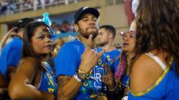 Penyerang Paris Saint-Germain, Neymar bersama rekan-rekannya saat menghadiri parade pertunjukan sekolah samba Vila Isabel selama Karnaval Rio de Janeiro di Sambadrome, Brasil (4/3). (AP Photo/Mauro Pimentel)