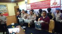 Polisi membongkar pesta seks gay di kawasan Harmoni, Jakarta. (Liputan6.com/ Delvira Chaerani Hutabarat)