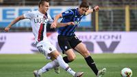 Gelandang Atalanta, Marten de Roon, berebut bola dengan gelandang Bologna, Mattias Svanberg, pada laga lanjutan Serie A pekan ke-35 di Gewiss Stadium, Rabu (22/7/2020) dini hari WIB. Atalanta menang 1-0 atas Bologna. (AFP/Marco Bertorello)