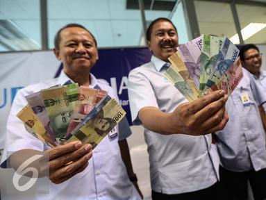Direktur Utama Perum Peruri, Prasetyo bersama jajaran menunjukan uang baru usai mengikuti Peruri media visit 2017 di Perusahaan Umum Percetakan Uang Indonesia (Peruri), Karawang, Jawa Barat, Rabu (18/1). (Liputan6.com/Faizal Fanani)