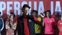 Pemain asing Persija asal Brasil, Ivan Carlos memeragakan salah satu apparel saat peluncuran di Jakarta, Jumat (2/2). Secara resmi, Persija memperkenalkan tiga model kaus yang akan digunakan pada musim 2018. (Liputan6.com/Helmi Fithriansyah)