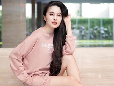 Meski kerap dikenal anggun, pemain film Langit Ke-7 ini tak jarang tampil simpel dengan gaya santai. Penampilan Sandra Dewi setelan busana senada ini pun terlihat stylish. Tanpa aksesoris berlebihan, ia makin memesona. (Liputan6.com/IG/@sandradewi88)