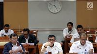 Menkumham Yasonna Laoly mengikuti rapat kerja dengan Komisi III DPR di kompleks Parlemen, Jakarta,  Rabu (6/3). Rapat membahas pengajuan kewarganegaraan RI dari pesepakbola asal Nigeria, Godstime Ouseloka Egwuatu. (Liputan6.com/Johan Tallo)