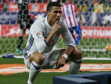 Cristiano Ronaldo menatap kamera usai mencetak gol kegawang Atletico Madrid pada Liga La Liga Spanyol di Vicente Calderon Stadium, Madrid, Spanyol, (19/11). Cetak tiga gol ke gawang Atletico, Ronaldo jadi raja derby Madrid. (Reuters/Sergio Perez)