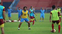 Budi Sudarsono mulai bergabung pada latihan perdana Persik di Stadion Brawijaya Kota Kediri, Selasa (11/8/2020). (Bola.com/Gatot Susetyo)