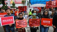 Masa aksi dari berbagai aliansi dan LBH menggelar aksi depan kantor Kominfo, Jumat (23/8/2019). Aksi terkait menolak pembatasan akses informasi dan internet di Papua dan Papua Barat yang dilakukan sepihak oleh Komenterian Komunikasi dan Informasi. (Liputan6.com/Fery Pradolo)