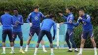Para pemain Inggris tengah pemanasan dalam sesi latihan di kamp pelatihan Tottenham Hotspur di London, Sabtu, 19 Juni 2021. Inggris lolos ke babak 16 besar Euro 2020 dan akan menghadapi Jerman. (Foto AP/Frank Augstein)