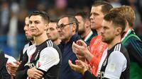 Striker Juventus, Cristiano Ronaldo, tampak kecewa usai gagal meraih gelar Piala Super Italia 2019 setelah ditaklukkan Lazio di Stadion King Saud University, Arab Saudi, Minggu (22/12). Lazio menang 3-1 atas Juventus. (AFP/Fayez Nureldine)