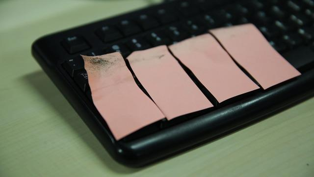 Berbekal selembar kertas, keyboard komputer anda akan selalu bersih dan bebas dari debu.