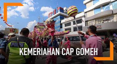 Suasana Cap Gomeh di Pontianak berlangsung meriah. Warga melakukan atraksi barongsai dengan menyertakan puluhan naga.