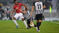 Anthony Martial cetak gol untuk MU lewat titik penalti (ANDREJ ISAKOVIC / AFP)