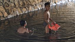 Anak-anak bermain sambil mencari ikan di Kali Pancoran, Jakarta, Jumat (14/9). Meski air kali yang keruh dan kotor dapat menyebabkan gangguan kesehatan, tidak menyurutkan niat anak-anak tersebut untuk tetap bermain. (Liputan6.com/Immanuel Antonius)