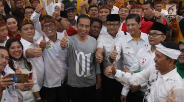 Calon Presiden Nomor Urut 01 Joko Widodo (tengah) mengangkat jempol bersama tim kampanye daerah dan peserta saat menghadiri silaturahmi dengan calon legislatif partai koalisi di Bandung, Jawa Barat, Sabtu (10/11). (Liputan6.com/Angga Yuniar)