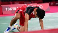 Tunggal putra Indonesia Anthony Sinisuka Ginting saat menghadapi Chen Long dari China dalam pertandingan semifinal badminton Olimpiade Tokyo 2020 di Musashino Forest Sports Plaza, Tokyo, Jepang, Minggu, 1 Agustus 2021. (Pedro PARDO / AFP)