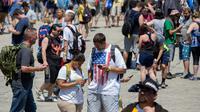 Para peserta berpencar mencari pokemon di Giant Park, Chicago, Sabtu (22/7). Baru dimulai, terjadi masalah dengan jaringan selular dan server dalam permainan Pokemon Go sehingga menghambat peserta dalam mengikuti acara tersebut. (AP/Erin Hooley)