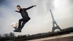 Moss menunjukan kebolehannya mengolah bola di Place du Trocadero, dengan  latar menara Effeil, Paris, Jumat (18/3/2016).  S3 Society akan tampil pada Euro 2016 Pracis tanggal 10 Juni-10 Juli 2016. (AFP/Lionel Bonaventure)