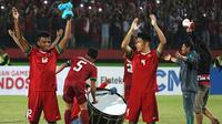 Kapten Timnas Indonesia U-19, Nurhidayat Haji Haris, memimpin selebrasi Viking Clap seusai menang atas Vietnam di penyisihan Grup A Piala AFF U-19 2018 di Stadion Gelora Delta, Sidoarjo (7/7/2018). (Bola.com/Aditya Wany)