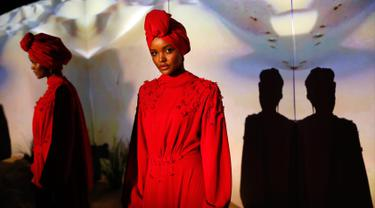 Model berhijab, Alima Aden mengenakan rancangan desainer Rasit Bagzibagli saat peragaan busana di Istanbul, Turki (26/3). Alima Aden ini merupakan model behijab dari Amerika Serikat. (AP Photo / Lefteris Pitarakis)