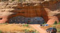 Berikut potret mengagumkan dari rumah unik berbentuk dua yang terletak di bawah gunung di Utah.