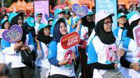 Peserta kampanye cegah stunting membawa tulisan saat berjalan di kawasan Bundaran Hotel Indonesia, Jakarta, Minggu (16/9). Peserta juga bakal memberikan penyuluhan tentang stunting ke masyarakat sekitar. (Liputan6.com/Helmi Fithriansyah)