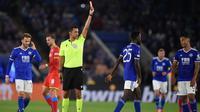 Gelandang Leicester City, Wilfred Ndidi, diganjar kartu merah saat bersua Leicester City pada laga pertama Grup C Liga Europa di King Power Stadium, Jumat (17/9/2021) dini hari WIB. (AFP/Oli Scarff)