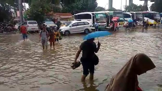 Banjir Setinggi 30 centimeter Menggenangi Terminal Kampung Rambutan, Jakarta Timur pada Rabu (1/1/2020). (Foto: Nanda Perdana Putra/Liputan6.com)