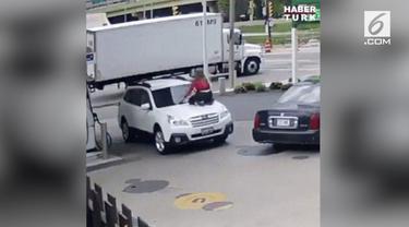 Sadar jadi korban pencurian, wanita ini tak tinggal diam dengan menaiki mobilnya yang dikemudikan sang pencuri.