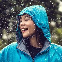 ilustrasi perempuan hujan/copyright By TORWAISTUDIO (Shutterstock)