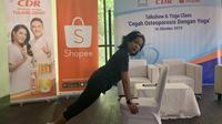 Astrid Amalia saat sedang mencontohkan gerakan yoga di kursi dalam talkshow 'Cegah Osteoporosis dengan Yoga' pada Rabu, 16 Oktober 2019 di kawasan Jakarta Selatan. (dok. Liputan6.com/Novi Thedora)
