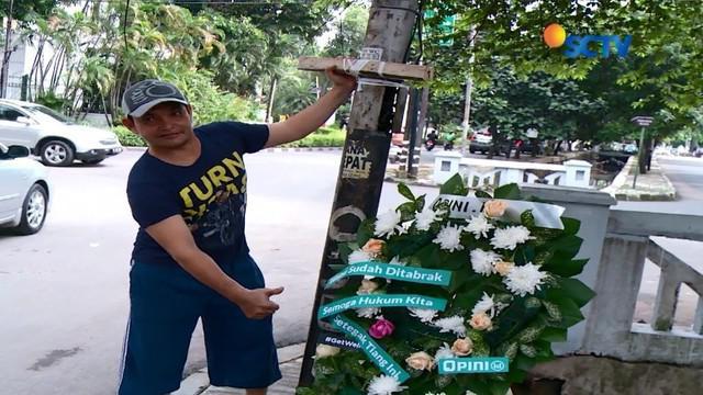 Layaknya selebritis, tiang listrik yang ditabrak Setya Novanto kini laris jadi lokasi selfie warga. Ada-ada saja, ya.