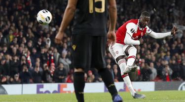 Striker Arsenal, Nicolas Pepe melakukan tendangan bebas saat bertanding melawan Vitoria de Guimaraes pada matchday ketiga Grup F Liga Europa di Stadion Emirates, London (24/10/2019). Di pertandingan ini, Pepe mencetak dua gol dan mengantar Arsenal menang 3-2 atas Vitoria. (AP Photo/Alastair Grant)