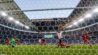 emain Inggris Raheem Sterling, tengah, bereaksi ketika pemain Denmark Simon Kjaer mencetak gol bunuh diri pada pertandingan semifinal Euro 2020 di Stadion Wembley, London, Kamis (8/7/2021). Inggris menang atas Denmark dengan skor 2-1. (AP Photo/Frank Augstein, Pool)