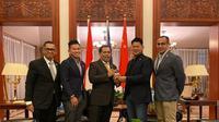 Ketua umum KOI, Raja Sapta Oktohari (kedua dari kanan) saat kunjungan kerja ke China. Indonesia mendapatkan dukungan dari China untuk menjadi tuan rumah Olimpiade 2032. (Istimewa)