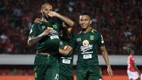 Penyerang Persebaya, David da Silva (kiri), merayakan gol ke gawang Bali United di Stadion I Wayan Dipta, Gianyar, Minggu (18/11/2018). (Bola.com/Aditya Wany)