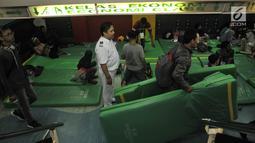 Pemudik menyiapkan kasur yang disediakan oleh pihak KM Dobonsolo tujuan Tanjung Emas Semarang di Terminal Nusantarapura, Pelabuhan Tanjung Priok, Jakarta, Kamis (30/5/2019).  (merdeka.com/Iqbal S. Nugroho)
