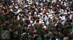 Sejumlah tentara mejaga dan mengawal jenazah tokoh PBNU KH Hasyim Muzadi yang dibawa ke pemakaman di Pondok Pesantren Al Hikam, Beji, Depok, Kamis (16/3). (Liputan6.com/Immanuel Antonius)