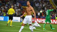 Cristiano Ronaldo membuka kausnya usai memastikan kemenangan Real Madrid atas Atletico Madrid di San Siro (UEFA)