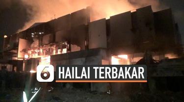 Kebakaran besar melanda gedung Hailai di Kawasan Ancol Jakarta Utara hari Senin (04/11). Belasan mobil pemadam kebaran dikerahkan untuk padamkan kobaran api.
