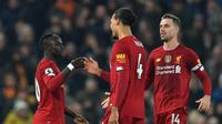 Striker Liverpool, Sadio Mane (kiri) berselebrasi dengan Virgil van Dijk (tengah) dan Jordan Henderson pada laga kontra Wolverhampton Wanderers, Minggu (29/12/2019). (AFP/Paul Ellis)