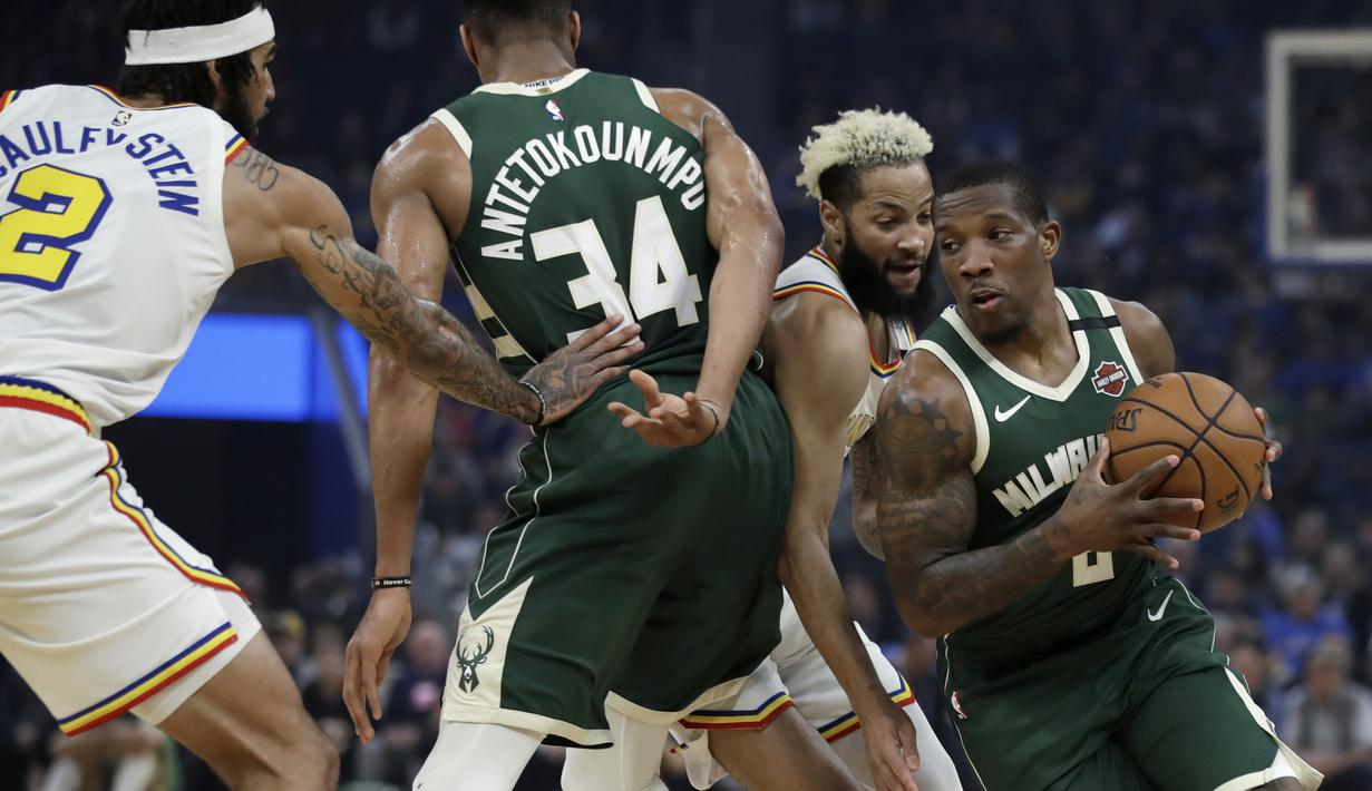 Pebasket Milwaukee Bucks, Eric Bledsoe, berusaha melewati pebasket Golden State Warriors pada laga NBA di Chase Center, Rabu (8/1/2020). Milwaukee Bucks menang 107-98 atas Warriors. (AP/Ben Margot)