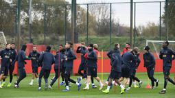 Para pemain Manchester United melakukan pemanasan saat latihan tim di Carrington di Manchester, Inggris (6/11). Di pertemuan pertama di Old Trafford Juventus menang tipis atas Manchester United 1-0 berkat Gol striker Paulo Dybala. (AFP Photo/Paul Ellis)