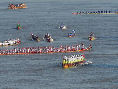 Para peserta mendayung perahu naga mereka selama latihan untuk Festival Air tahunan di sungai Tonle Sap di Phnom Penh (21/11). Festival Air adalah perayaan Tahun Baru yang terjadi di negara-negara Asia Tenggara. (AFP Photo/Tang Chhin Sothy)