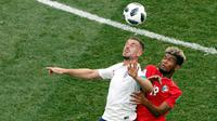 Pemain Inggris Jordan Henderson berebut bola dengan pemain Panama Alberto Quintero saat pertanding Piala Dunia 2018 di Nizhny Novgorod Stadium, Rusia (24/6). Pada pertandingan ini Inggris menang telak 6-1 atas Panama. (AP/Darko Bandic)