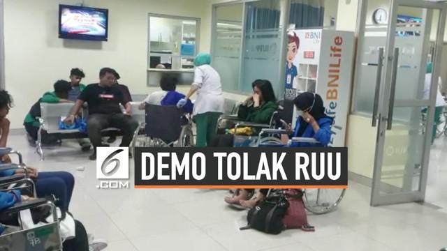 Mahasiswa pengunjuk rasa menuntut pembatalan RKUHP masih bertahan di sekitaran gedung MPR DPR, Jakarta. Polisi berupaya membubarkan massa menggunakan gas air mata dan membuat sebagian dari mereka dilarikan ke rumah sakit.